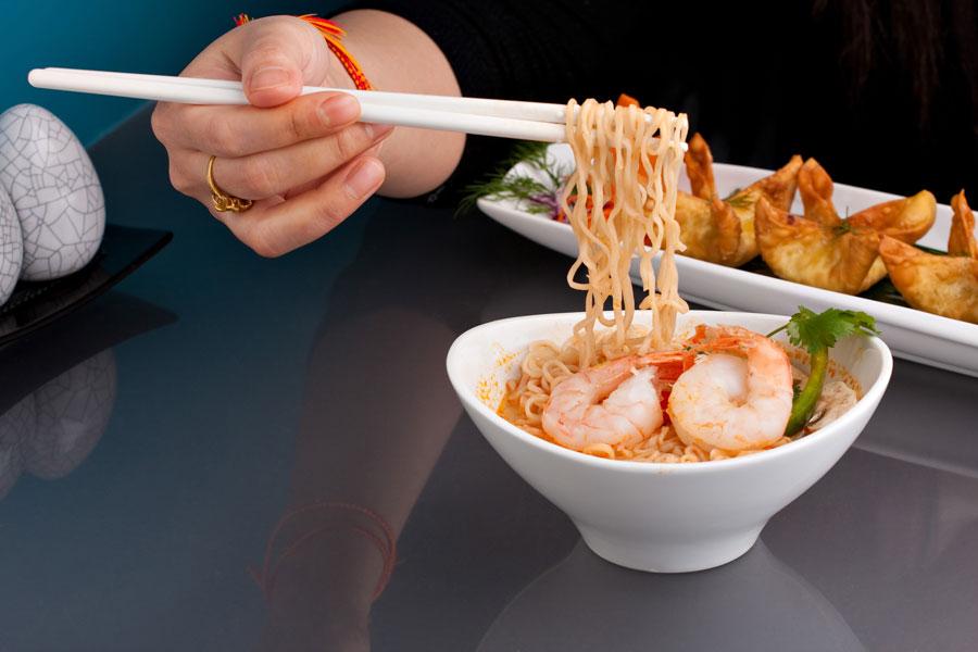 Cómo usar correctamente los palillos para comer. Uso correcto de los palitos chinos para comer. Reglas de protocolo en el uso de los palillos al comer