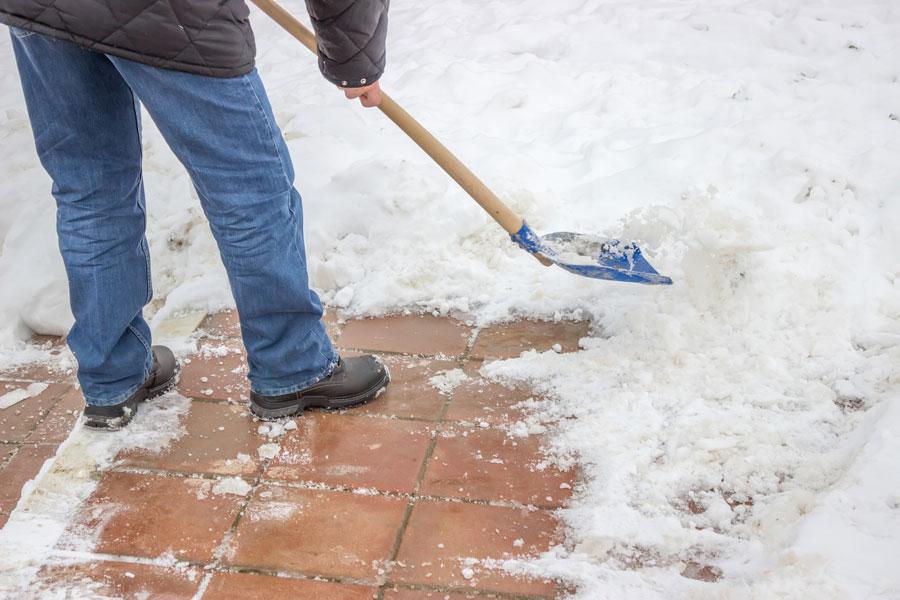 Cómo quitar la nieve de la casa. Cómo evitar que se acumule nieve en casa. Pasos para palear nieve y retirarla del hogar