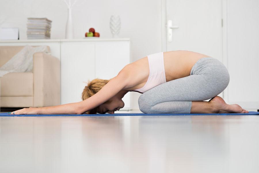 Cómo aliviar dolores de cintura con yoga. Poses de yoga para calmar dolores de cintura. 5 posturas de yoga para calmar dolores de espalda baja