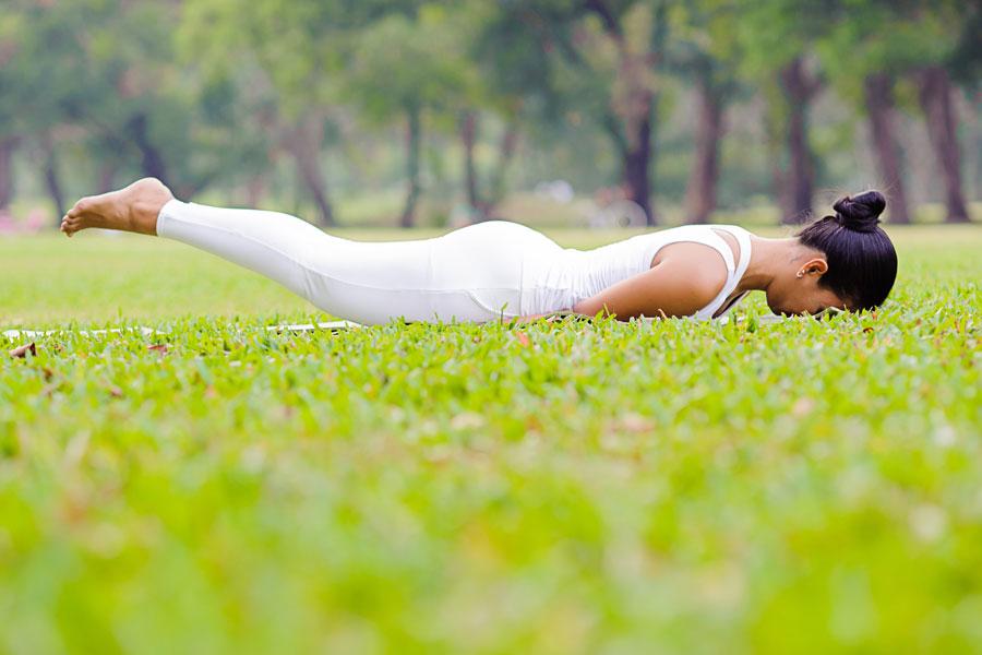 Asanas de yoga para prevenir la osteoporosis. Cómo evitar la osteoporosis con yoga. Yoga para evitar enfermedades en los huesos