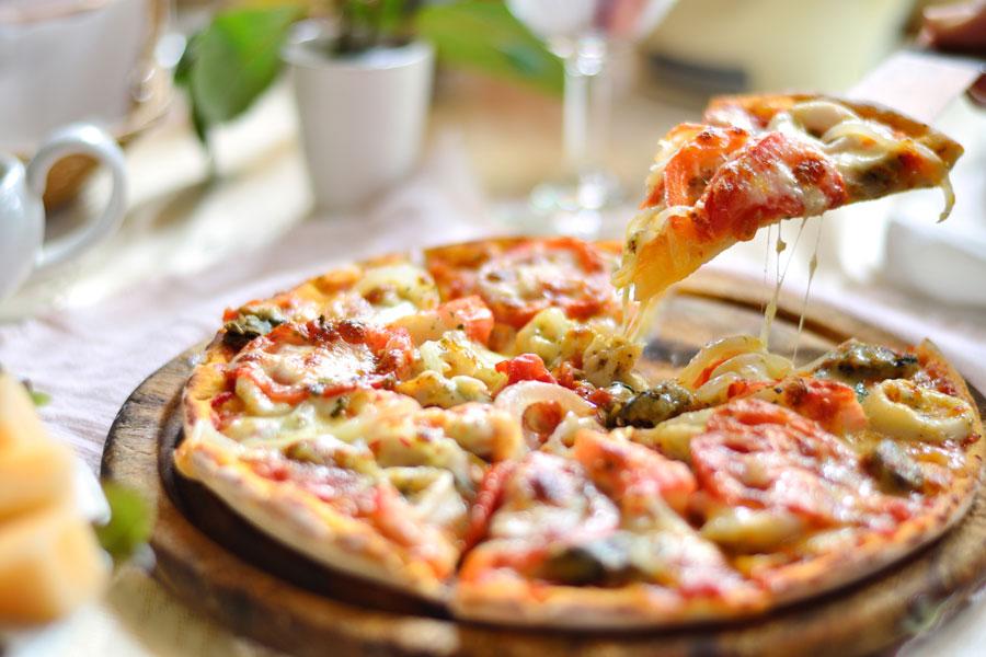 Cómo preparar pizzas originales. Receta  de pizzas diferentes. Cómo hacer pizzas con distintas variantes. Variedades de pizzas caseras