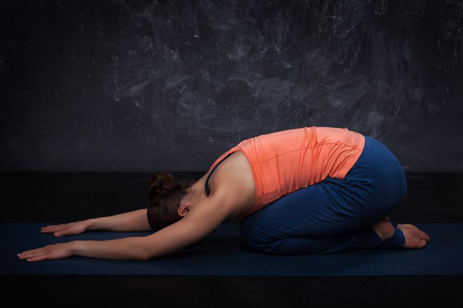 Cómo aliviar dolores menstruales con yoga. Posturas de yoga para aliviar calambres menstruales. Rutina de yoga para hacer durante la menstruación