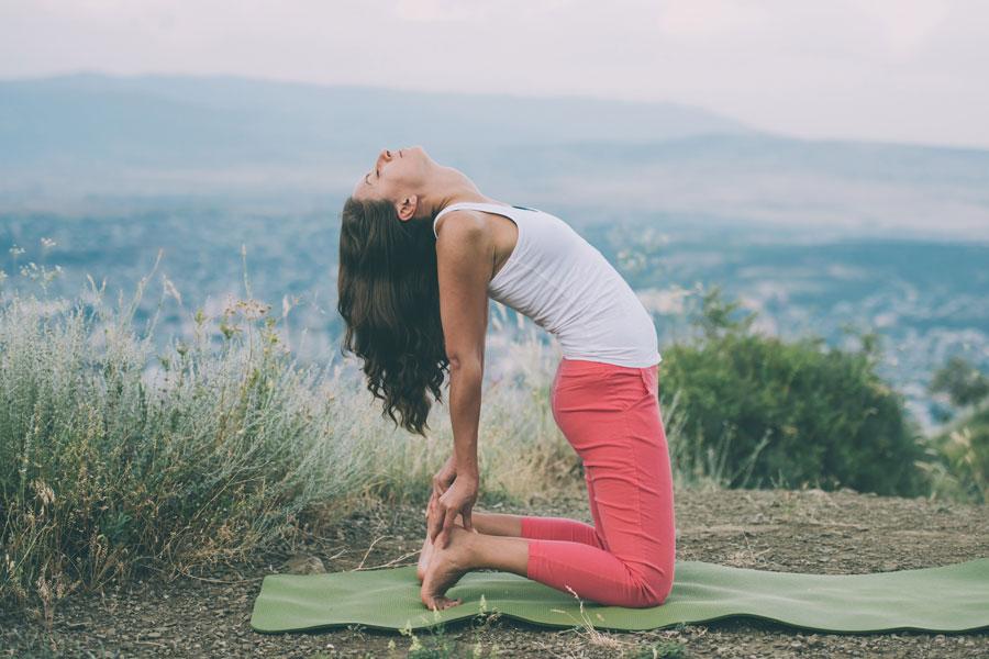 Posturas de yoga para aliviar síntomas de resfriados y gripe. Cómo combatir la gripe con yoga. Asanas de yoga contra gripe y resfriados