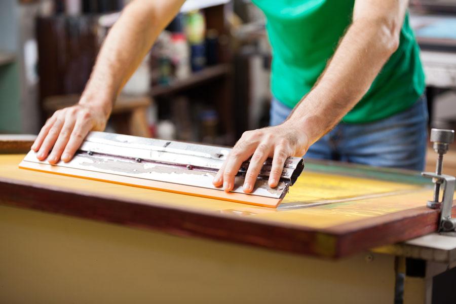Cómo crear una pantalla para serigrafía. Pasos para fabricar una pantalla para serigrafía. Cómo hacer estampados serigráficos con una pantalla casera
