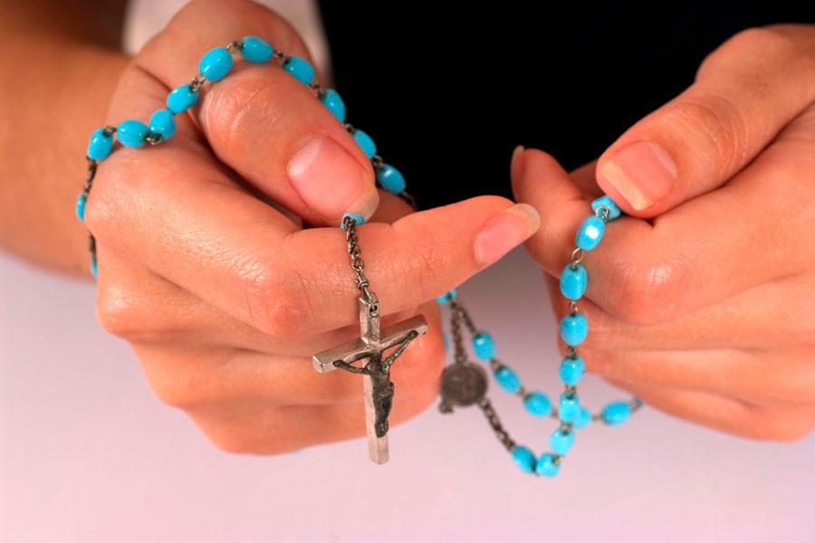 Pasos para rezar el rosario. Cómo rezar el santo rosario. Guía paso a paso para rezar el rosario. Cómo aprender a rezar un rosario