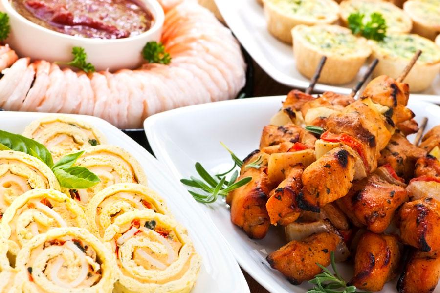 Cómo preparar una mesa salada fría. Ideas para preparar una mesa salada caliente. Bocadillos para una mesa salada. Canapés para mesas saladas frías