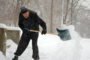 El mejor método para quitar la nieve acumulada en casa sin gastar de más
