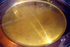 La manera correcta de desechar el aceite usado, ya sea para reutilizarlo o evitar que contamine