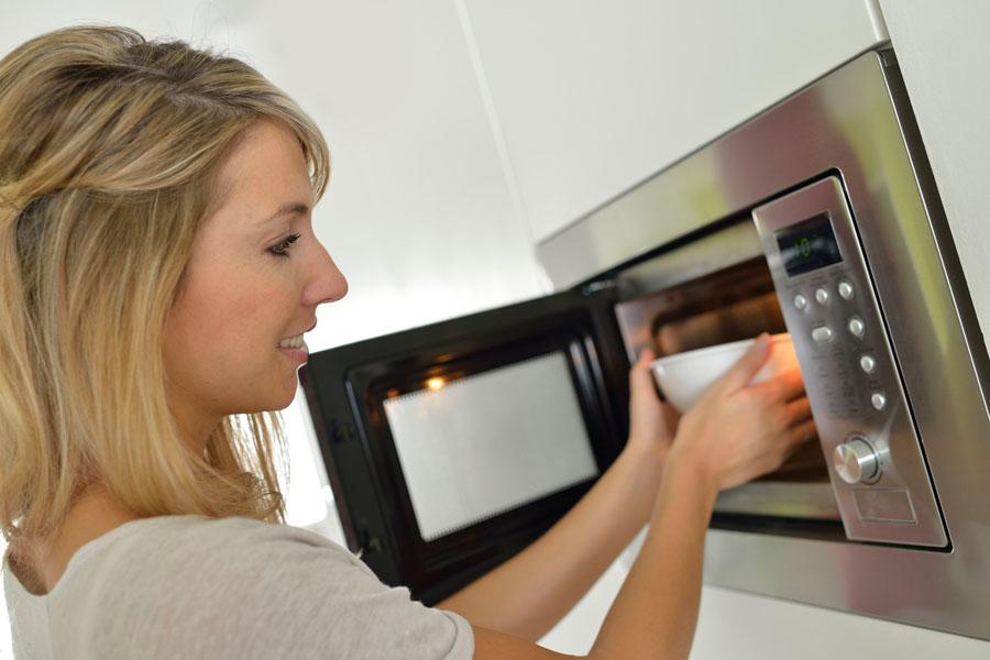 Pasos para limpiar el microondas. Cómo limpiar el horno de microondas. Consejos para quitar las manchas del microondas. Limpieza del microondas