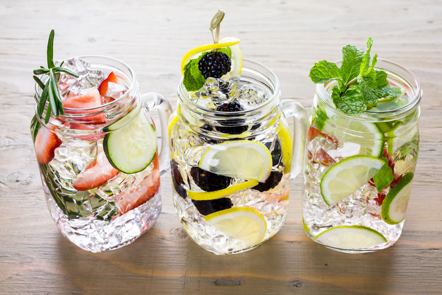 Cómo preparar aguas detox. Para qué sirven las aguas detox. Recetas para hacer agua detox en casa.