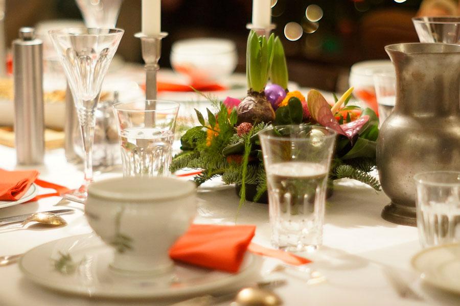 Cómo decorar la mesa navideña. Tips para decorar la mesa en navidad. Ideas decorativas para la mesa navideña. Decoración de la mesa de navidad